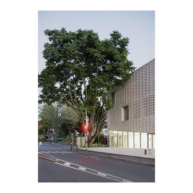 Le théâtre Jacques Carat de Cachan par @ateliers.o_s.architectes Projet éditorial à venir avec @jadoooh @lucas.harari @alexis_jamet et #rafaelmagrou#architecture #architecturephotography #teamarchi #edition #theatre